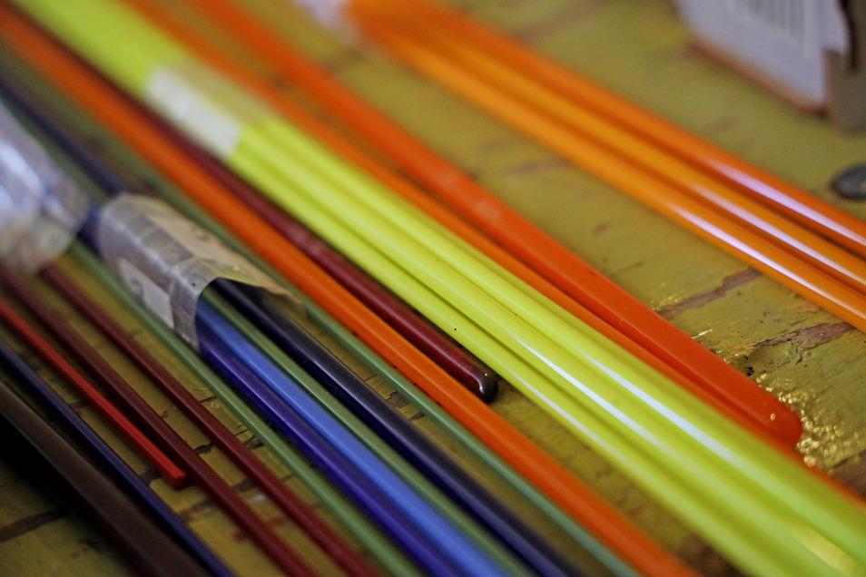 Weichglasstäbe in verschiedenen Farben – ein Grundmaterial im Glaskunstkurs.