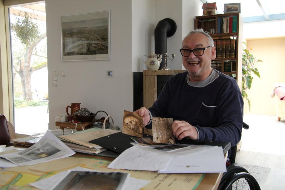 Wer darf schon auf einem Friedhof wohnen? Stolz zeigt Bernd Aurisch seine Unterlagen der Ausgrabungen.