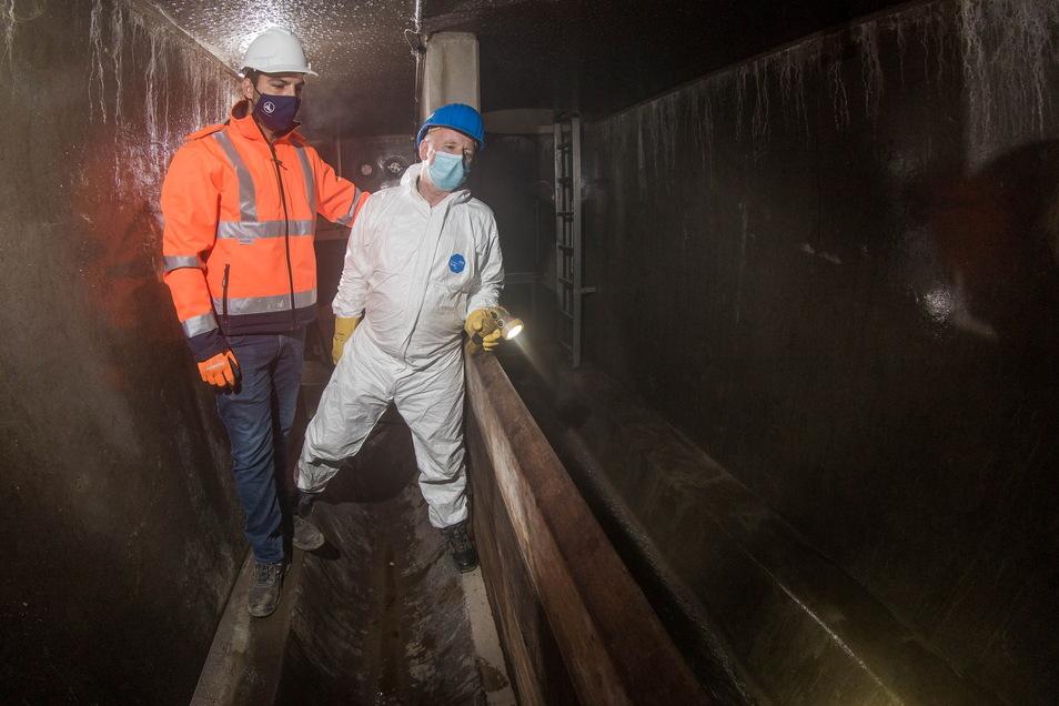 Bauleiter Marcel Bach (l.) inspiziert mit Geschäftsführer Ralf Strothteicher von der Stadtentwässerung das neue Wehr im Trennbauwerk unter der Königsbrücker Straße. Über das fließt künftig bei starkem Regen Abwasser in einen Seitenkanal durch den Prießnit