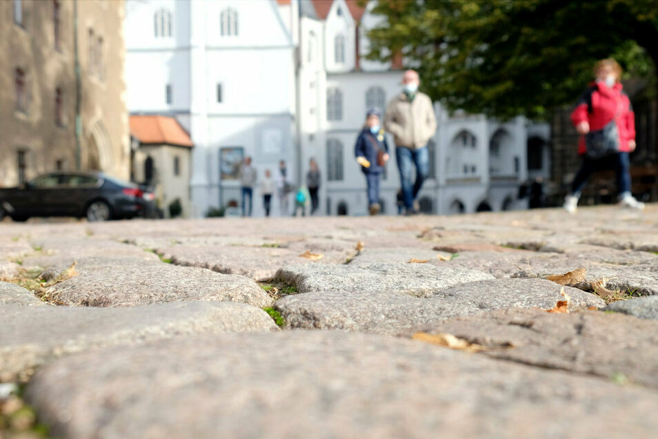 Nächstes Jahr im Sommer wird es das Wildpflaster des Domplatzes teilweise nicht mehr geben. Es soll durch Sandsteinplatten ersetzt werden, damit ein barrierefreier Weg zwischen Panorama-Aufzug und Albrechtsburg entsteht.