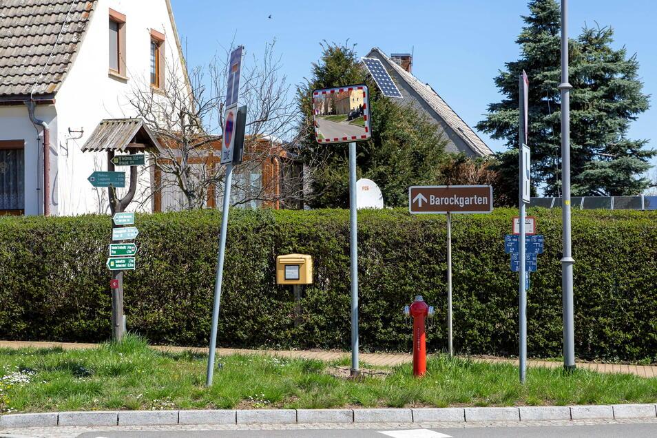 Abgesehen davon, dass der Mast mit den drei Verkehrsschildern schief ist, ballen sich an dieser Ecke in Großsedlitz die verschiedensten Schilder.