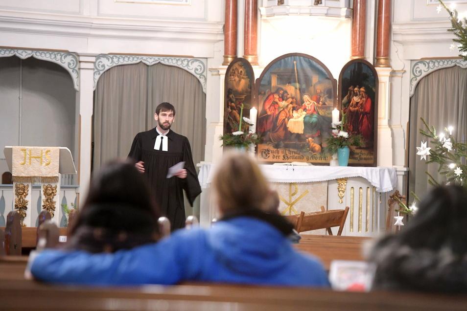 In der Walddorfer Kirche fanden mehrere verkürzte Christvespern statt. Besucher mussten sich vorab anmelden. Viele Reihen blieben diesmal leer als Pfarrer Stephan Rehm die Predigt hielt.