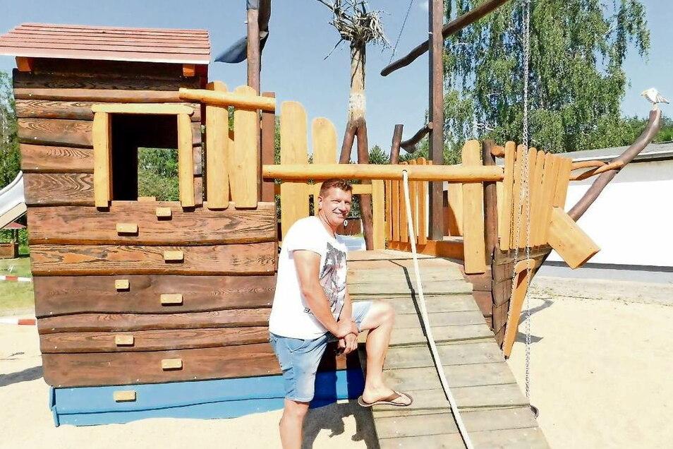 Matthias Marko, stellvertretender Vereinsvorsitzender, freut sich über das neue Piratenschiff auf dem Spielplatz. Es entstand, wie auch die neue Radlerhütte, während der Corona-Zeit.