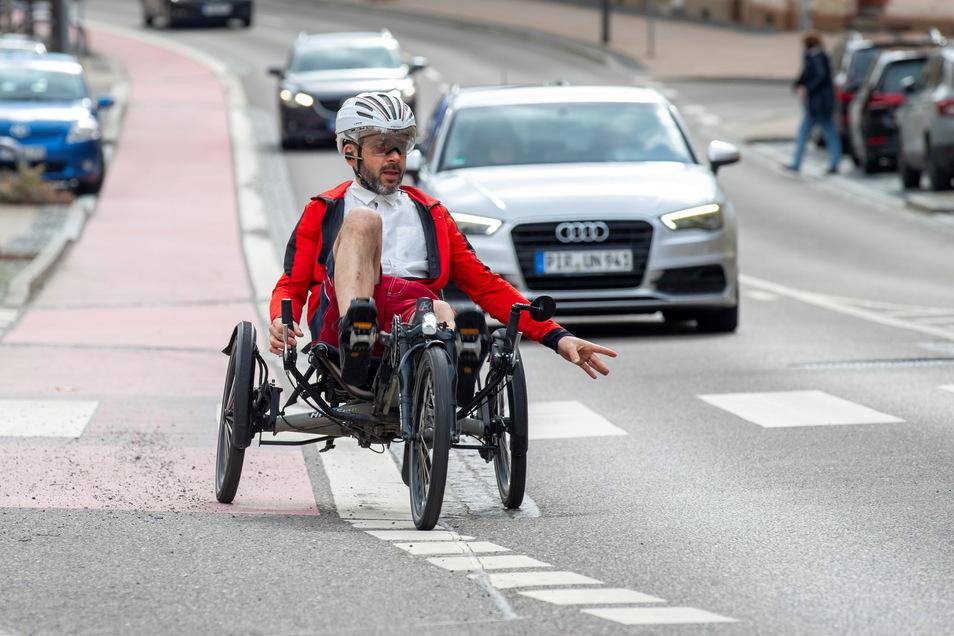 Steffen Hoffmann-Zahn fährt mit seinem Liegerad auf der Hauptstraße durch Pirna-Copitz. Die Bedingungen für Radfahrer in Pirna sind nicht immer optimal.