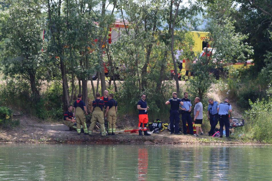 Die Feuerwehr suchte am Samstagnachmittag in Dresden-Zschieren nach einem vermissten jungen Mann, der zuvor in einem Kiessee gebadet hatte. Am frühen Abend wird seine Leiche geborgen.