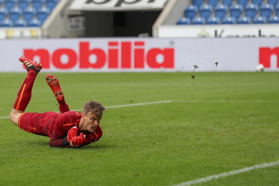 Lok-Schlussmann Fabian Guderitz kassiert den Treffer zum 1:1.