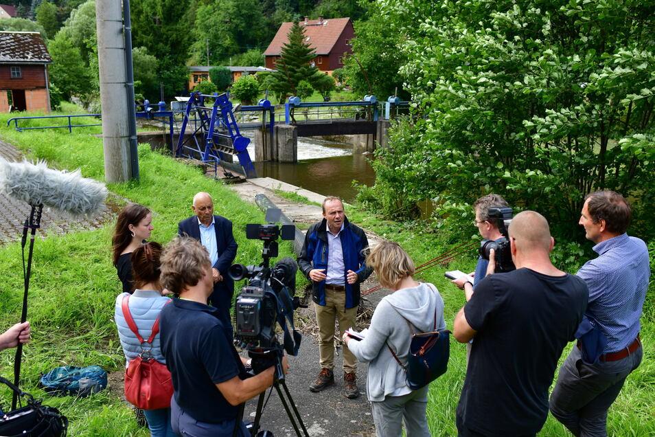 Sachsens Umweltminister Wolfram Günther informierte sich am Montag vor Ort über die Überflutungen vom Wochenende.