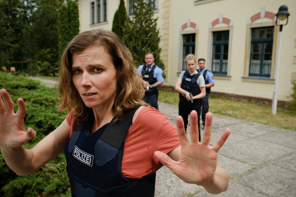 Karin Gorniak und Leonie Winkler treten langsam den Rückzug an, nachdem die Geiselnehmer ihre Absichten noch einmal deutlich machen.