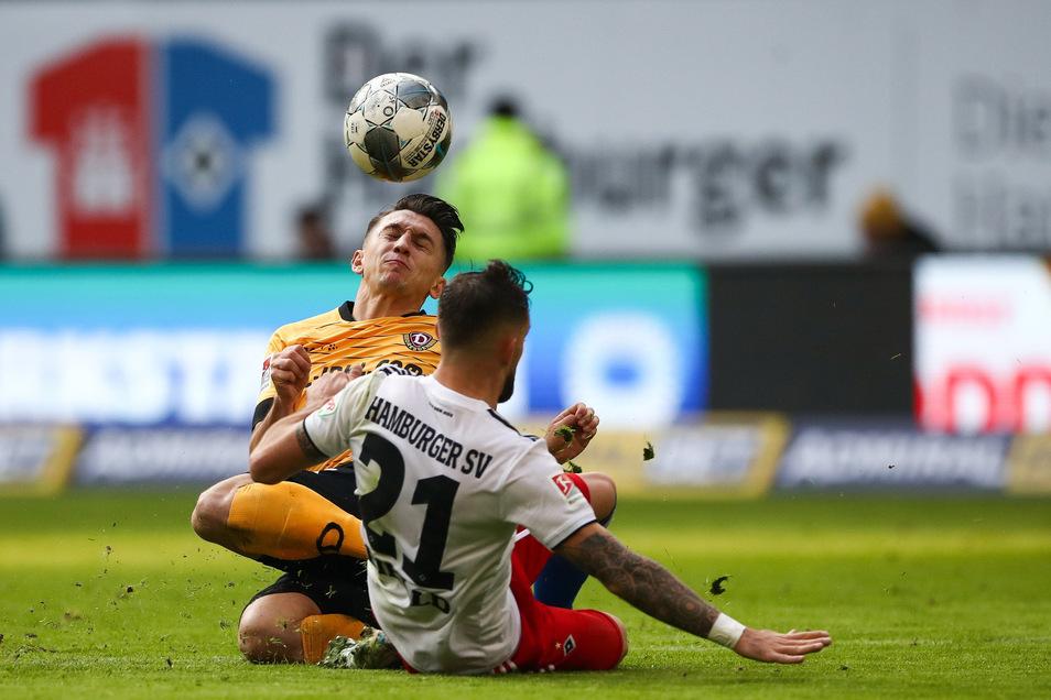 Hamburgs Tim Leibold (r) und Dresdens Baris Atik im Zweikampf um den Ball.