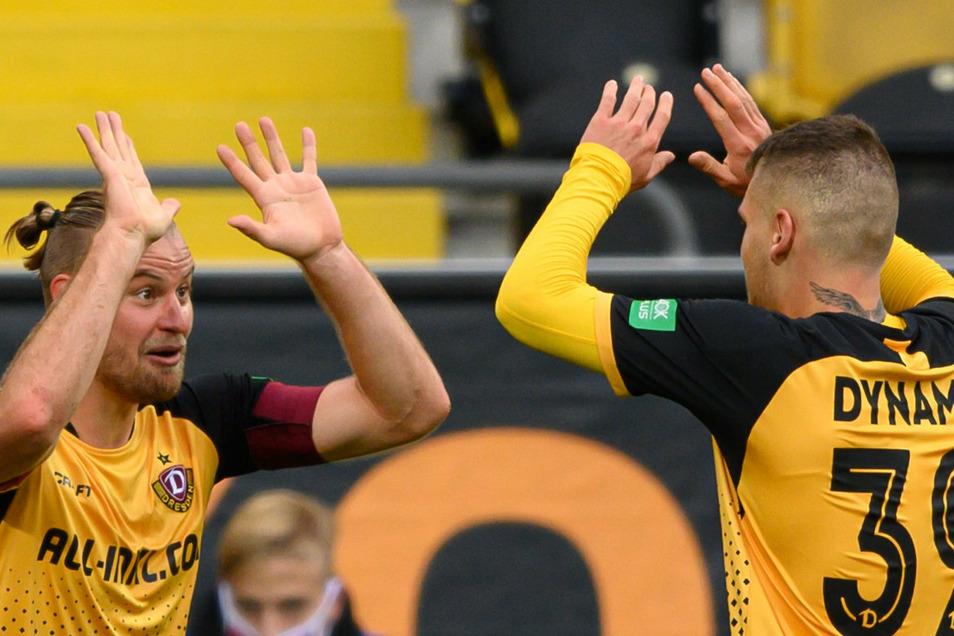 Der erste Heimsieg der Saison ist perfekt, und dann noch gegen Magdeburg. Dynamos Kapitän Sebastian Mai klatscht mit Kevin Ehlers ab.