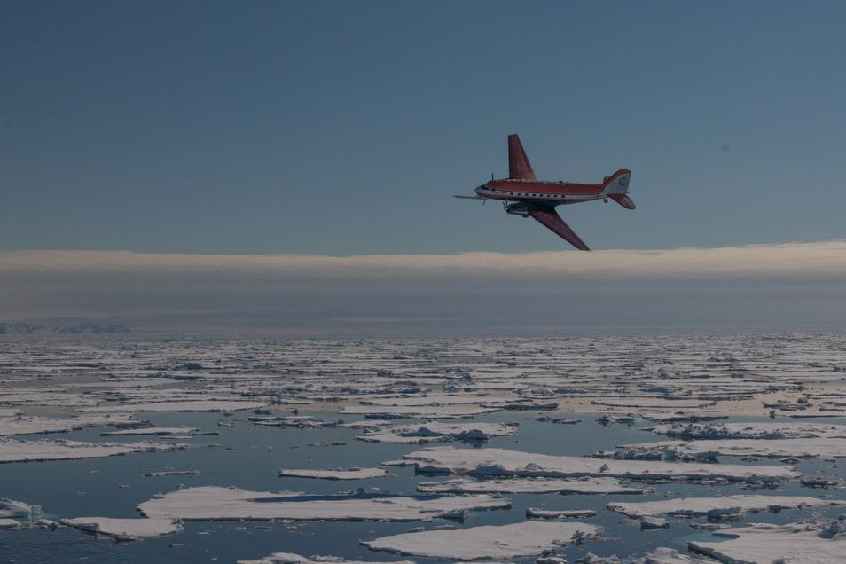 Mit diesem Polarflugzeug geht es Richtung Nordpol. Das Foto entstand von Bord des Eisbrechers Polarstern während der entscheidenden Vorexpedition vor drei Jahren.