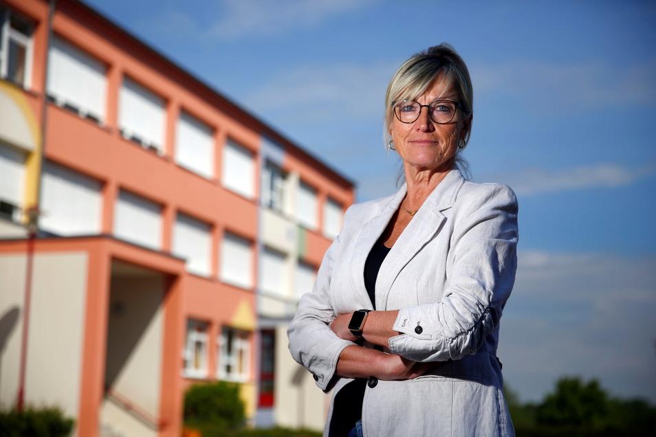 Anstrengende Wochen liegen hinter Grundschulleiterin Gabriele Keltsch aus Kamenz. Die Lerndefizite ihrer Schüler konnten nach der langen Zeit der Schulschließungen gerade abgebaut werden - nun muss die Einrichtung wieder zu machen.