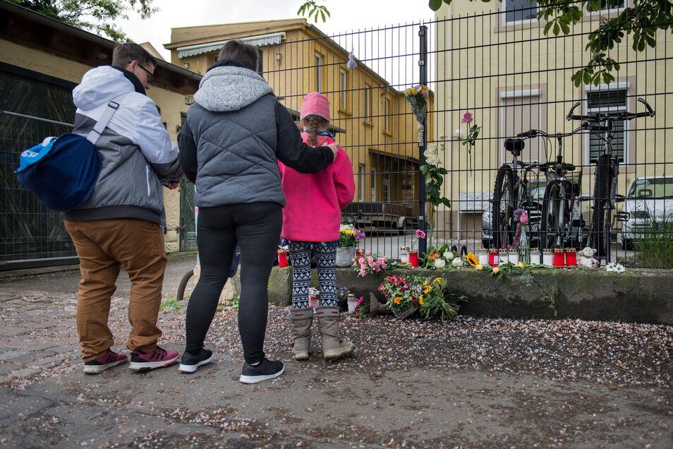 An der Stetzscher Straße in Dresden-Neustadt trauern Anwohner um die beiden Kinder.