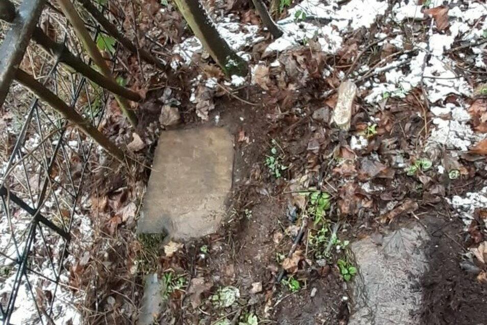 Der frei gelegte Sandstein mit der historischen Inschrift aus der ersten Hälfte des 19. Jahrhunderts.