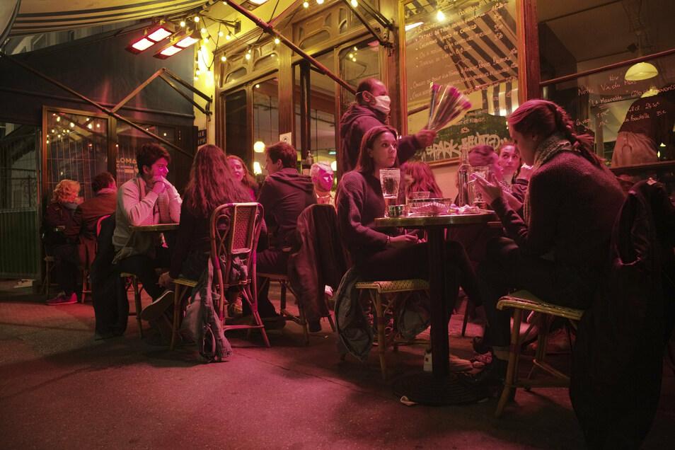 Sollten die Infektionszahlen weiter so rasant wie zuletzt steigen, droht den Bars und Restaurants in Paris ab Montag die Schließung.