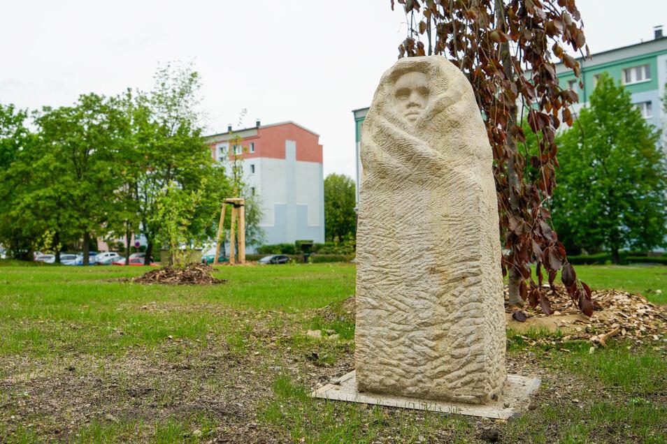 """Die Plastik """"Umsorgtes Kind"""" steht jetzt vor dem Rundbau der Tagesstätten Sonnenschein und Regenbogen in Bischofswerda Süd."""