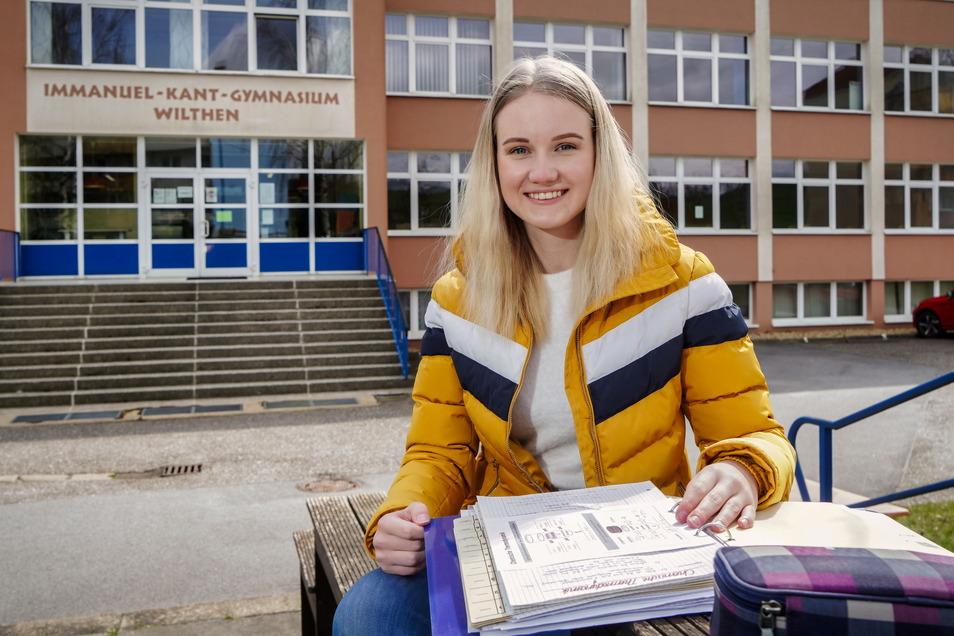 Büffeln fürs Abitur: Emily Lalurny vom Wilthener Kant-Gymnasium fühlt sich trotz der schwierigen Bedingungen wegen Corona auf die Prüfungen, die in zwei Wochen beginnen, gut vorbereitet.