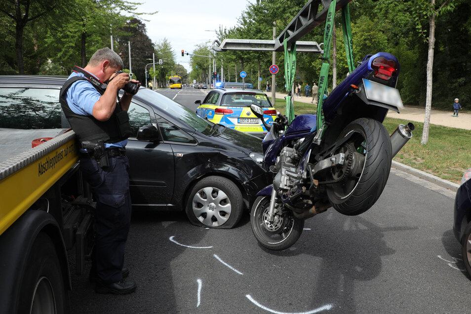 Das verunglückte Motorrad wird abtransportiert.