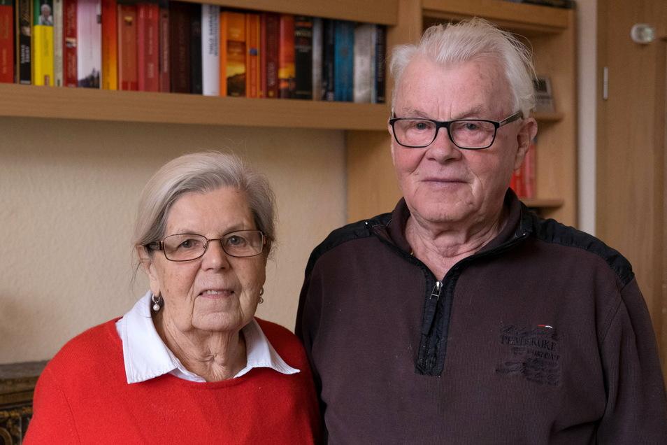 Hannelore und Heinz Weyrauch sind froh, dass bei dem Brand in ihrem Wohnhaus in der Heynestraße niemand verletzt wurde und ihre Wohnung keinen Schaden nahm.