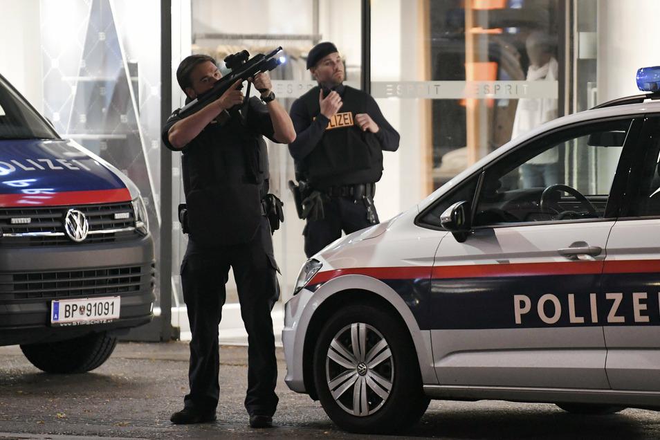 Schwerbewaffnete Polizisten sind in der Wiener Innenstadt im Einsatz. Bei den Schüssen in Wien handelt es sich nach den Worten von Österreichs Innenminister augenscheinlich um einen Terroranschlag.