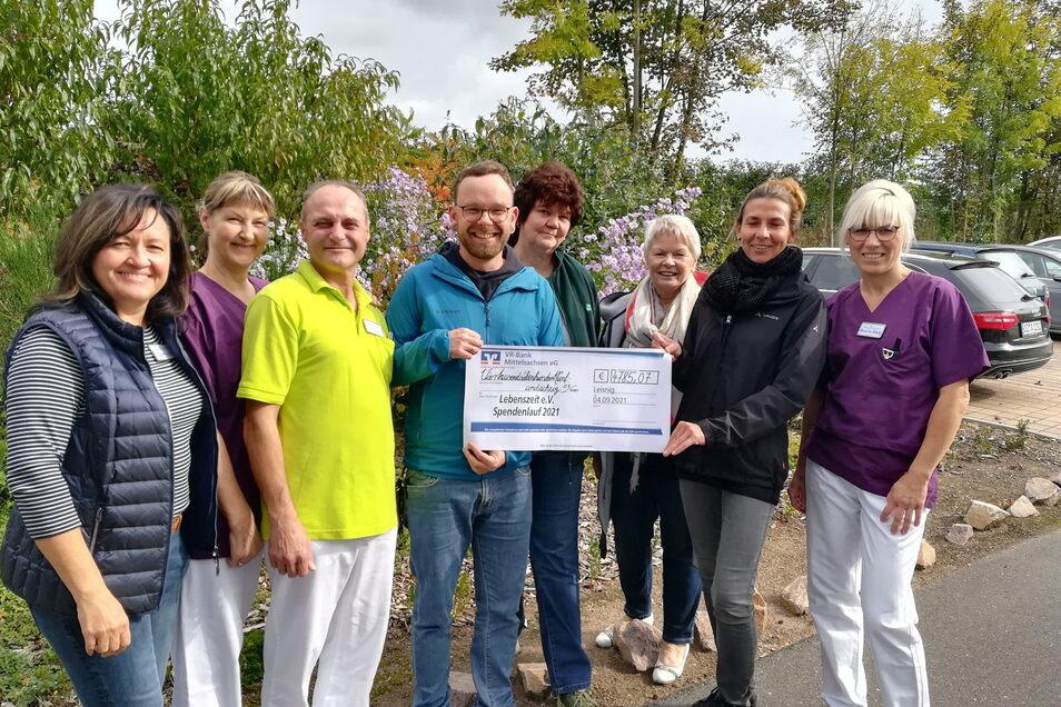 Fast 4.800 Euro sind beim Spendenlauf 2021 zusammengekommen. Das Geld haben die Organisatorinnen des Laufes am Donnerstag an den Trägerverein des Hospizes Leisnig sowie einige Mitarbeitende übergeben.