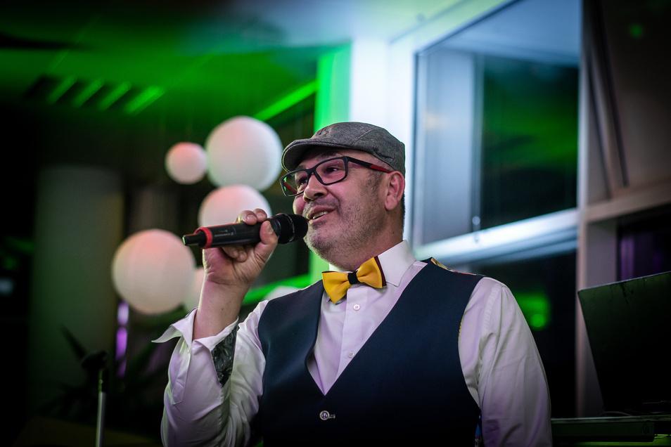 Hier singt der Chef selbst: Dirk Hähnchen hat einen eigenen Song für das Küchenzentrum Dresden aufgenommen.