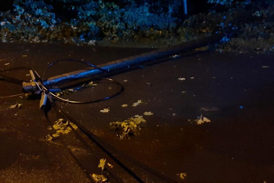 Ein gestürzter Baum hat diesen Telefonmast in Radebeul-Lindenau im Gewitter umgerissen. Die Kameraden der Wehr haben aufgeräumt.