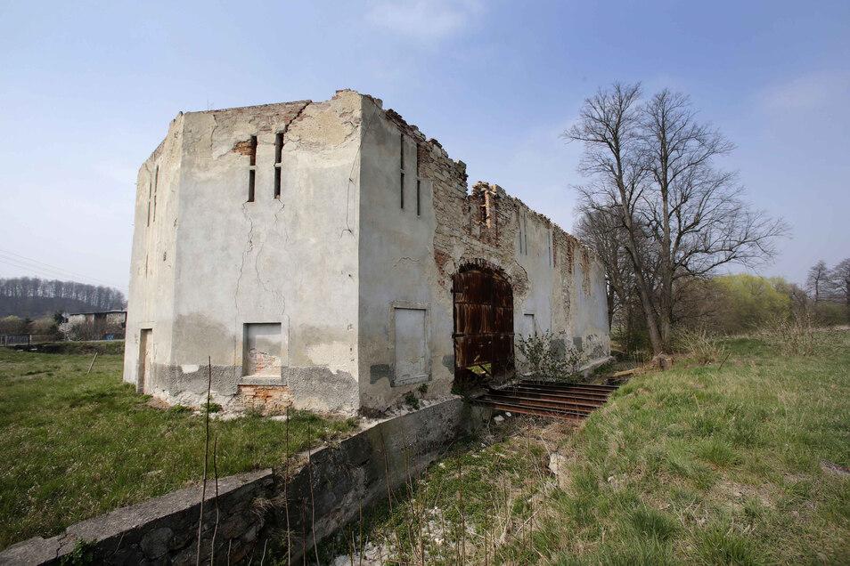 In dieser Ruine war einst die Mangel von Lomnitz untergebracht. Hier wurde Leinen veredelt und gebleicht. Das Gebäude könnte mal ein Kreativzentrum werden.