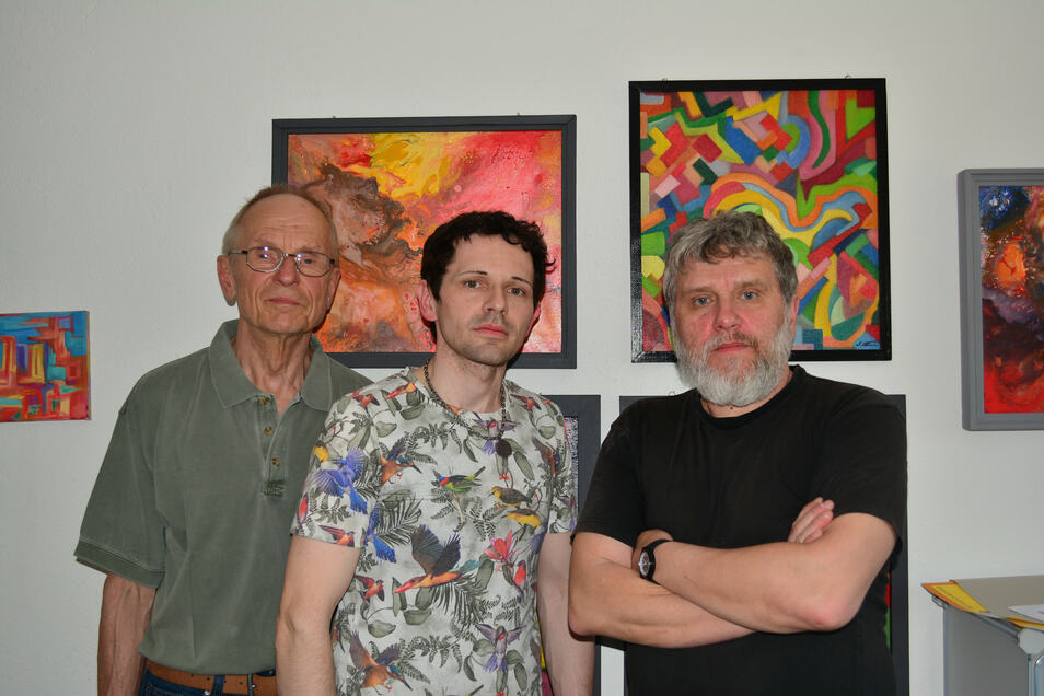 Die Künstler Bernd Warnatzsch, Silvio Fritzsche und Falk Nützsche (von links) zeigen über Pfingsten ihre Arbeiten im ehemaligen Druckhaus Bischofswerda. Die Bilder im Hintergrund stammen von Silvio Fritzsche.