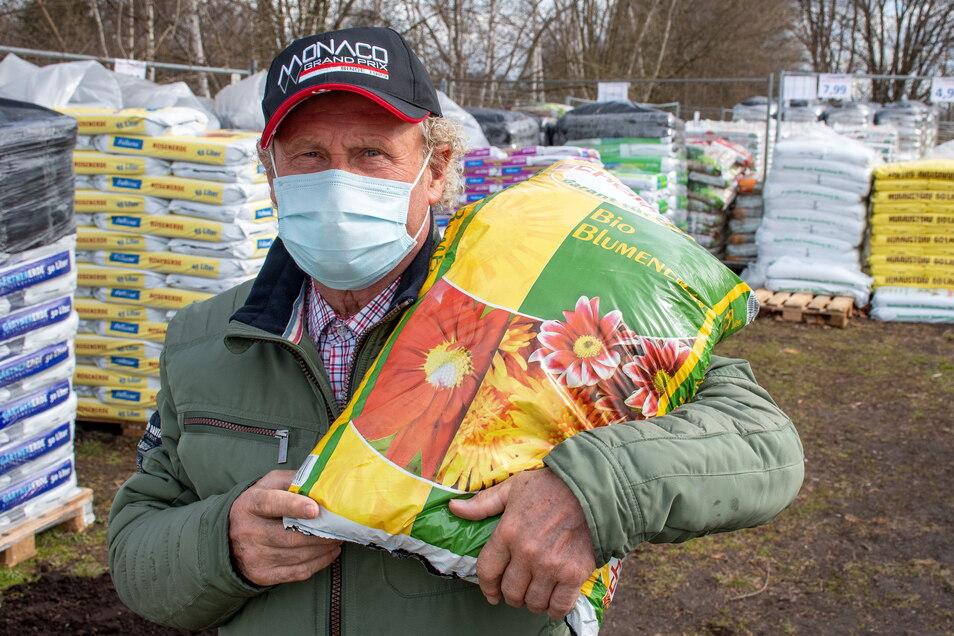 Wolfgang Ibold baut in seinem Garten Kartoffel und Gemüse an und ist unterwegs, um nach dem richtigen Material zu suchen, wie der Blumenerde.