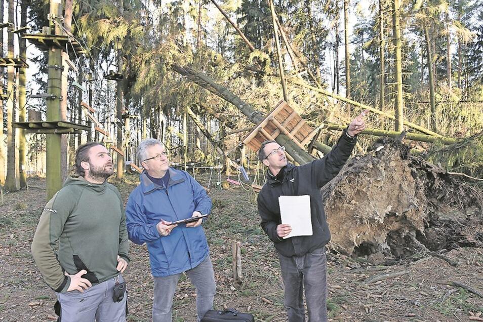 Olaf Wache war mit den Betreibern Danny Schubert (li.) und Ronny Petzold (re.) kurz nach dem Sturm im Wald. Inzwischen ist ein Baumgutachter zu dem Schluss gekommen, dass an dieser Stelle kein Kletterpark mehr möglich ist.