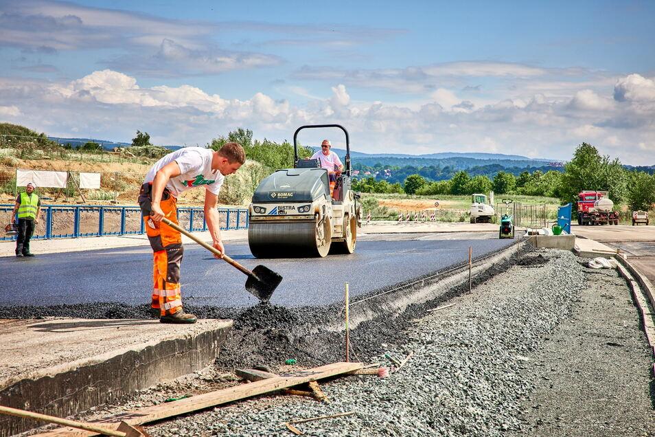 Finale am Feistenberg: Fachleute asphaltierten Mitte Juli den zweiten Teil der Brücke am Autobahnzubringer, unter der ein Teil der künftigen Südumfahrung hindurchführt.
