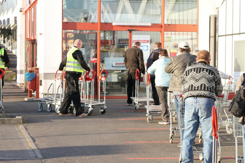 Am Toom-Baumarkt in Döbeln Ost warten Kunden darauf, dass das Geschäft geöffnet wird.