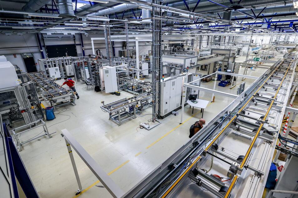 Fast fertig: In der ehemaligen Fabrik des Solarmodulherstellers Solarworld nutzt der Nachfolger Meyer-Burger vorhandene Anlagen, um wieder Fotovoltaik-Technik herzustellen - mit mehr Leistung.