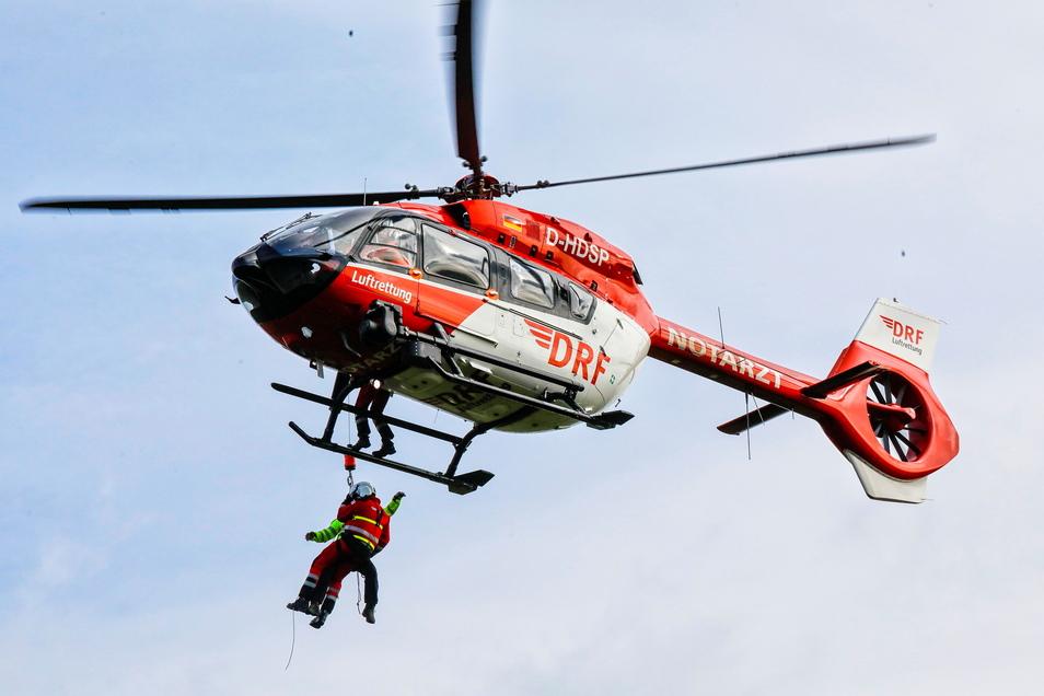 Den Einsatz mit der Rettungswinde haben die Luftretter trainiert.