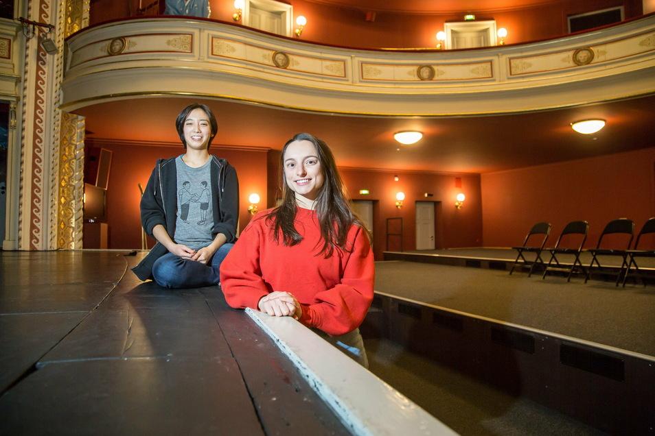Nami Miwa (li) und Naomi Gibson sind Tänzerinnen am Gerhart-Hauptmann-Theater. In Gedanken waren sie in den vergangenen Wochen viel in den USA. Und haben auch mitgewählt.