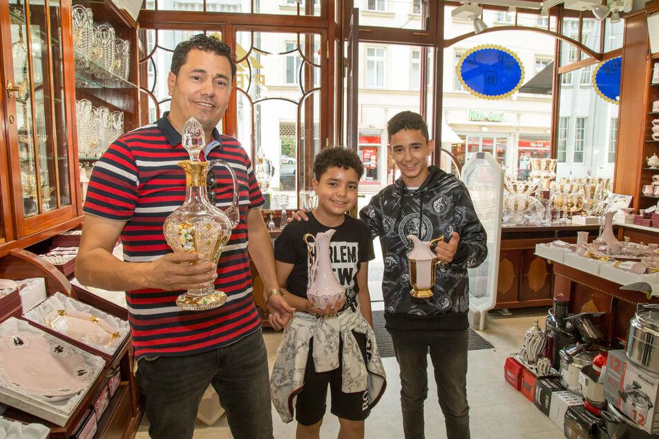 Shawqy (rechts) und Islam sind sehr stolz, dass ihr Vater Mohammed Ahmad (links) jetzt in Görlitz sein erstes Geschäft eröffnete.