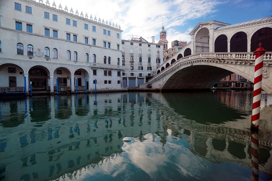 Die Rialtobrücke in Venedig.