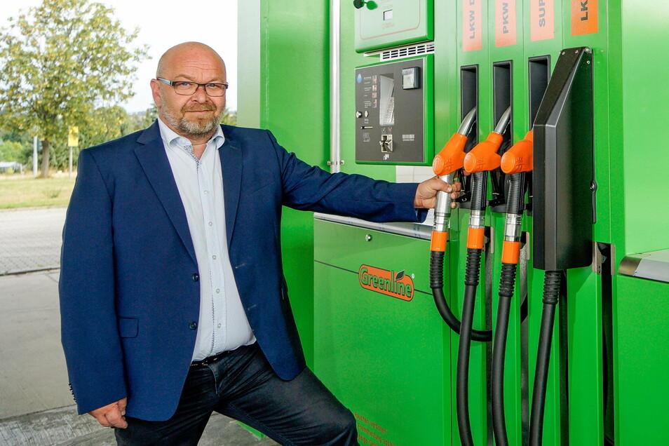 Thomas Luft , Geschäftsführer der Greenline Sachsen GmbH, hat in den vergangenen Wochen und Monaten mehrere grüne Tankstellen, so wie hier in Wölkau, eröffnet.