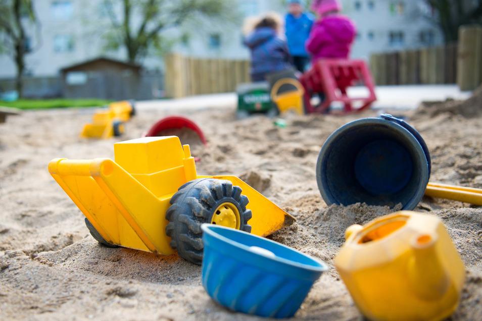Sandspielzeug in einer Spielebox sucht einen neuen Standort. Der Spielplatz an der Hermann-Ilgen-Straße war dafür ungeeignet.