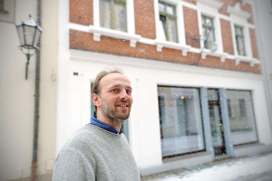 Thomas Ramm vor seinem Haus in der Inneren Bautzner Straße in Löbau, gegenüber der Augenklinik.