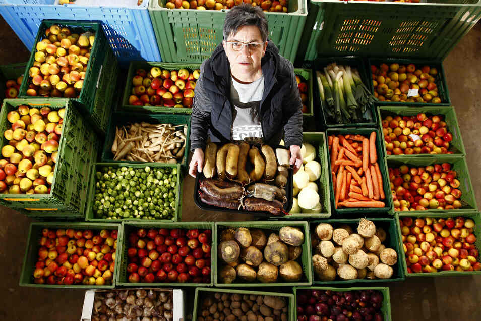 Verkäuferin Sonja Lehmann zwischen den Produkten, die sie normalerweise auf den Wochenmärkten verkauft.