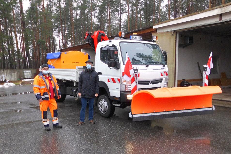 Bauhofvorarbeiter Rainer Husser und Bürgermeister Frank Lehmann bei der jetzt erfolgten Indienststellung des neuen Bauhof-Fahrzeuges.