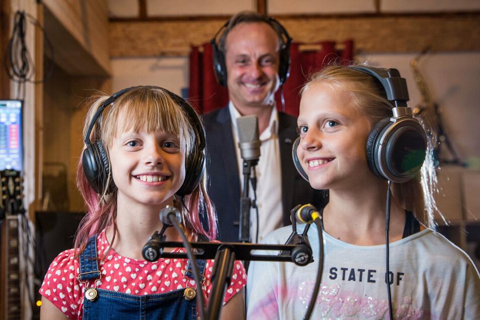 Alexander Teich singt im Tonstudio Fehse mit den Zwillingen Emma und Hannah (v.l.) sein Weihnachtslied ein. Im Oktober soll es erscheinen.