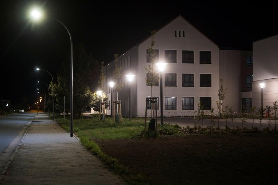 Auch der neue Parkplatz an der Oberschule (rechts) ist nachts hell ausgeleuchtet. Ein Riesaer Umweltschützer findet, das müsse nicht sein.