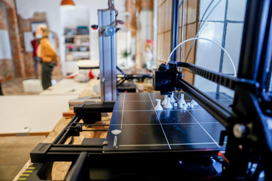 Mehrere solcher 3-D-Drucker stehen in der Löbauer Werkstatt.