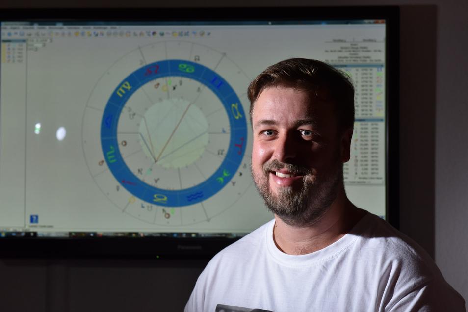 Astrologie ist die Leidenschaft des Freitalers Richard Stange. Er deutet die Sterne mit Unterstützung eines Computerprogramms, das genauere Vorhersagen ermöglicht.