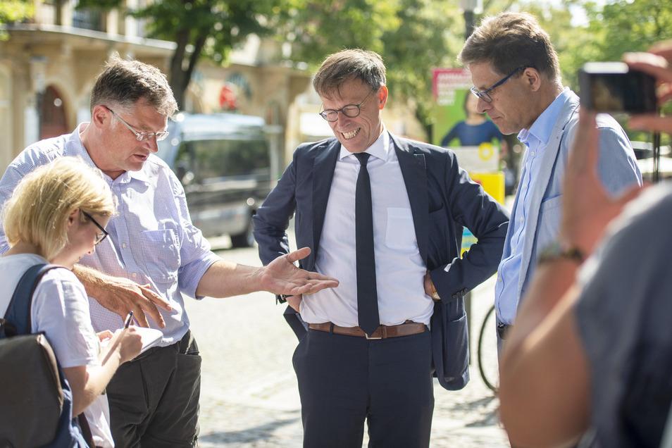 Besprechen ihre Zusammenarbeit auf der Hauptstraße in Radebeul: Holger Zastrow, Matthias Rößler und Alexander Wolf (von links).
