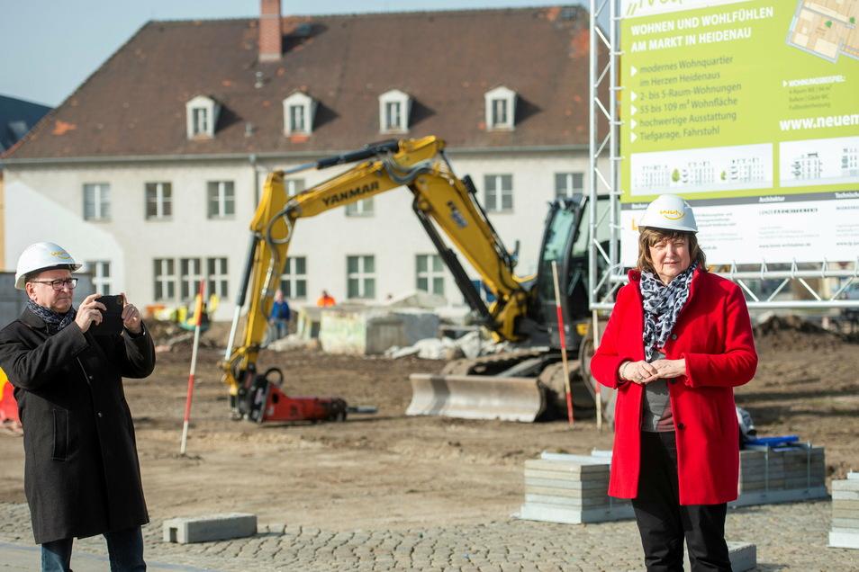 Wenn sogar Bürgermeister Jürgen Opitz fotografiert, muss es ein großer Moment für Heidenau sein, so wie auch für WVH-Chefin Sonnhild Ruffani.