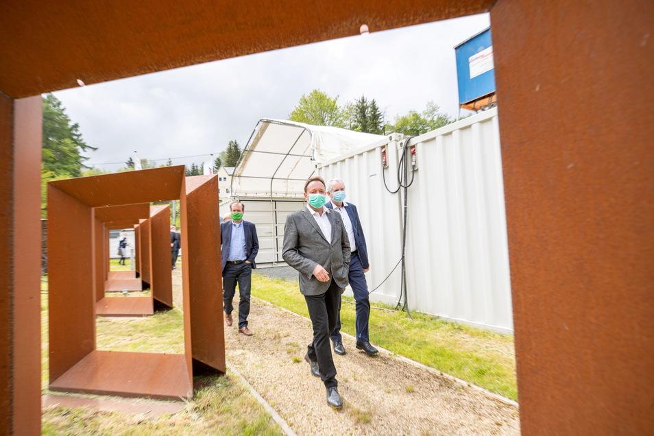Jens Jähnig (vorn), Stiftungsvorstand von Georado, zeigt Thomas Schmidt (CDU, re.), der Sächsische Staatsminister für Regionalentwicklung, in Dorfhain die Aktivitäten des Geoparks.